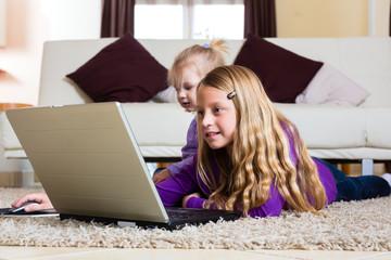 Familie - Kind spielt mit dem Laptop