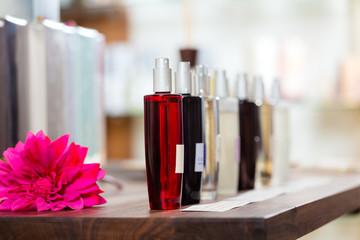 Parfum in Parfümerie oder Drogeriemarkt