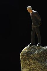 崖の上に立つ男