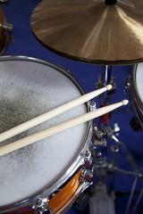 Schlagzeug und Trommelstöcke
