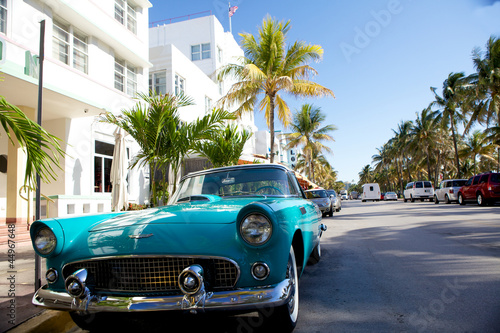 Deurstickers Oude auto s View of Ocean drive with a vintage car