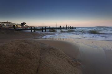摄影师和海滩木质码头