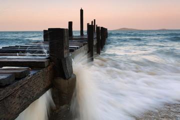 海浪冲击下的码头木桩