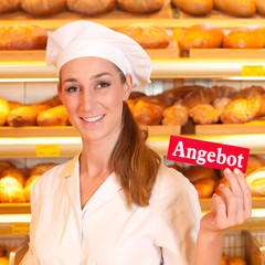 Bäckerin verkauft Brot in Bäckerei