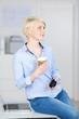 geschäftsfrau mit einem becher kaffee