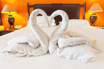 lune de miel, pliage serviettes : cygnes amoureux