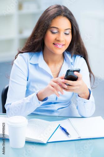 schülerin schreibt eine sms auf dem handy