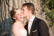 glückliches brautpaar küsst sich