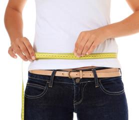Weibliche Person misst ihre Körpermaße