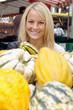 Junge Frau auf Markt mit Kürbissen