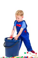 Kleiner Junge beim Bauklötze wegräuen