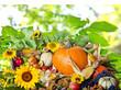 Herbst: Erntedankfest mit Früchten, Sonnenblumen und Herbstlaub