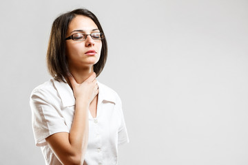 Young woman whit sore throat