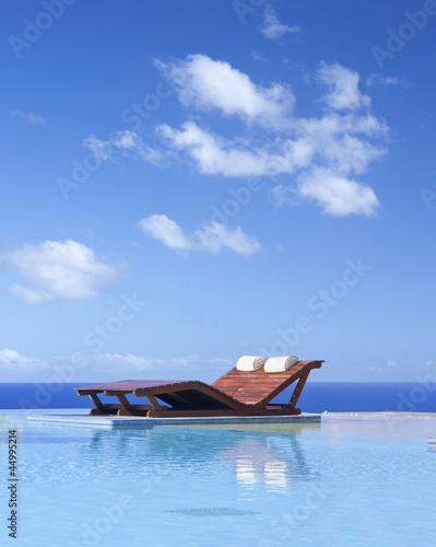 lit de soleil sur piscine à débordement
