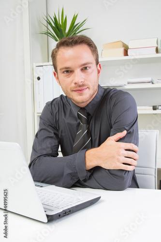 Seriöser junger Mann im Büro