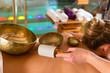 Frau bei Wellness und Klangschalen Massage