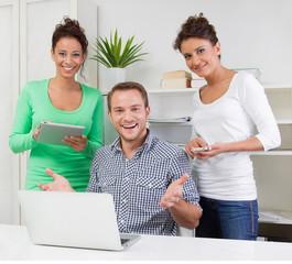Junge Leute im Büro