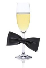 Schwarze Fliege und Champagnerglas