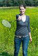 Frau beim Badminton spielen