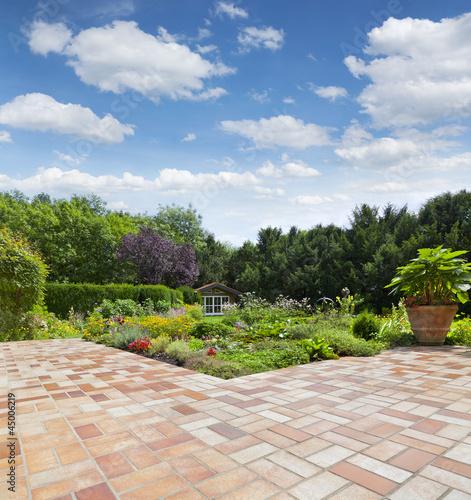 Gartenanlage mit Teich und Terrasse - 45006219