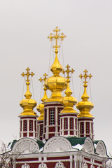 Золотые купола Новодевичьего монастыря в Москве