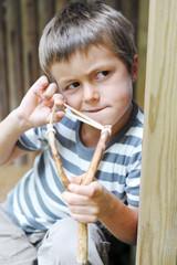 Kind mit Steinschleuder