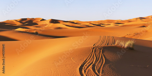 Aluminium Woestijn route in the dunes of Sahara desert in Morocco