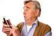 Senior mit Mobiltelefon