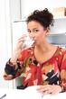 Frau trinkt Wasser im Büro