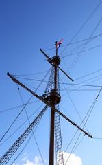 Мачта парусного судна на фоне неба
