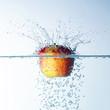 Apfel fällt in Wasser