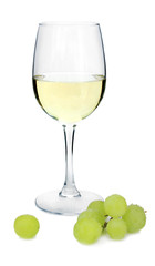 Weinglas mit Weisswein und Weintrauben davor