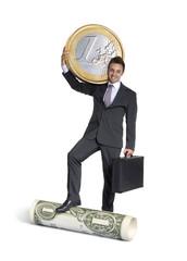 Ejecutivo sujetando una moneda de euro y un billete de dólar.