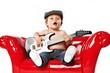 kleiner junge singt und spielt gitarre