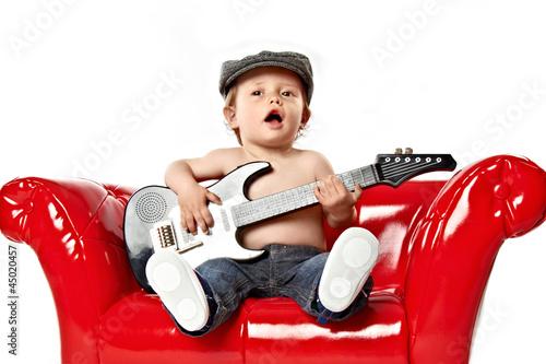 canvas print picture kleiner junge singt und spielt gitarre