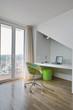 moderna poltrona e scrivania nel sottotetto