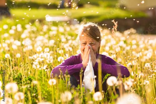 Mädchen auf Wiese mit Pusteblumen und Allergie - 45028025