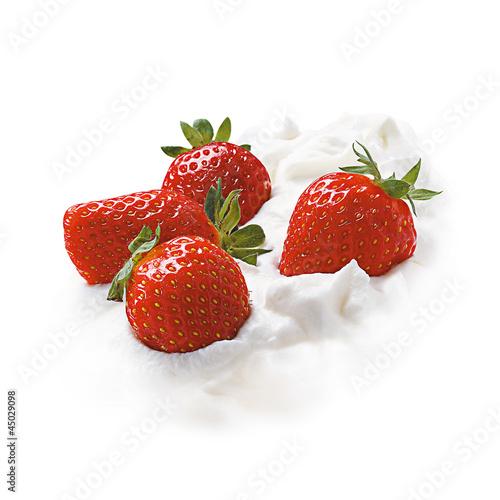 Frische Erdbeeren auf Sahne