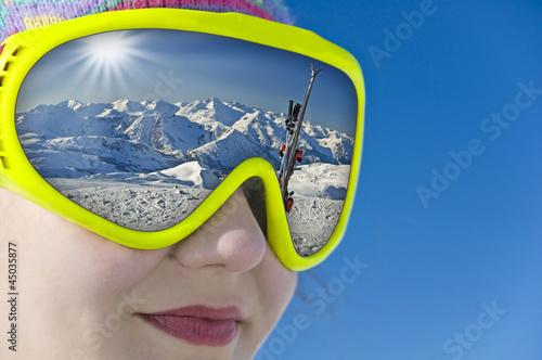 Jeune fille avec un masque, reflets montagne et ski