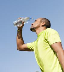 Sport au parc - Se rafraîchir avec de l'eau