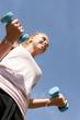 Sport au parc - femme portant altères