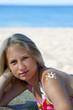 Девушка на пляже с солнцезащитным кремом