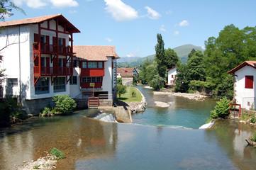 Casas en la orilla del río en el sur de Francia
