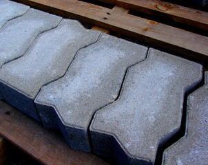 eine reihe grauer pflastersteine auf einer palette