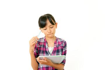 困った顔をした勉強中の女の子