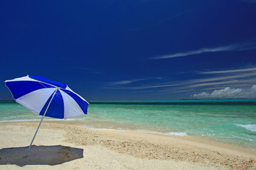 慶良間のきれいなビーチと夏空