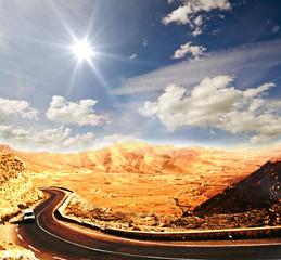 Sand-Wüste: Straße am Rande der Sahara