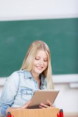 lächelnde studentin mit tablet