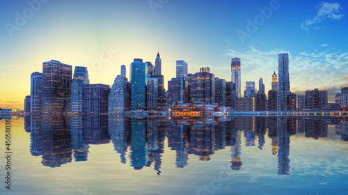 Coucher de soleil sur la skyline de Manhattan, New York. - 45058038