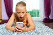 Familie - Kind spielt mit Handy oder Smartphone